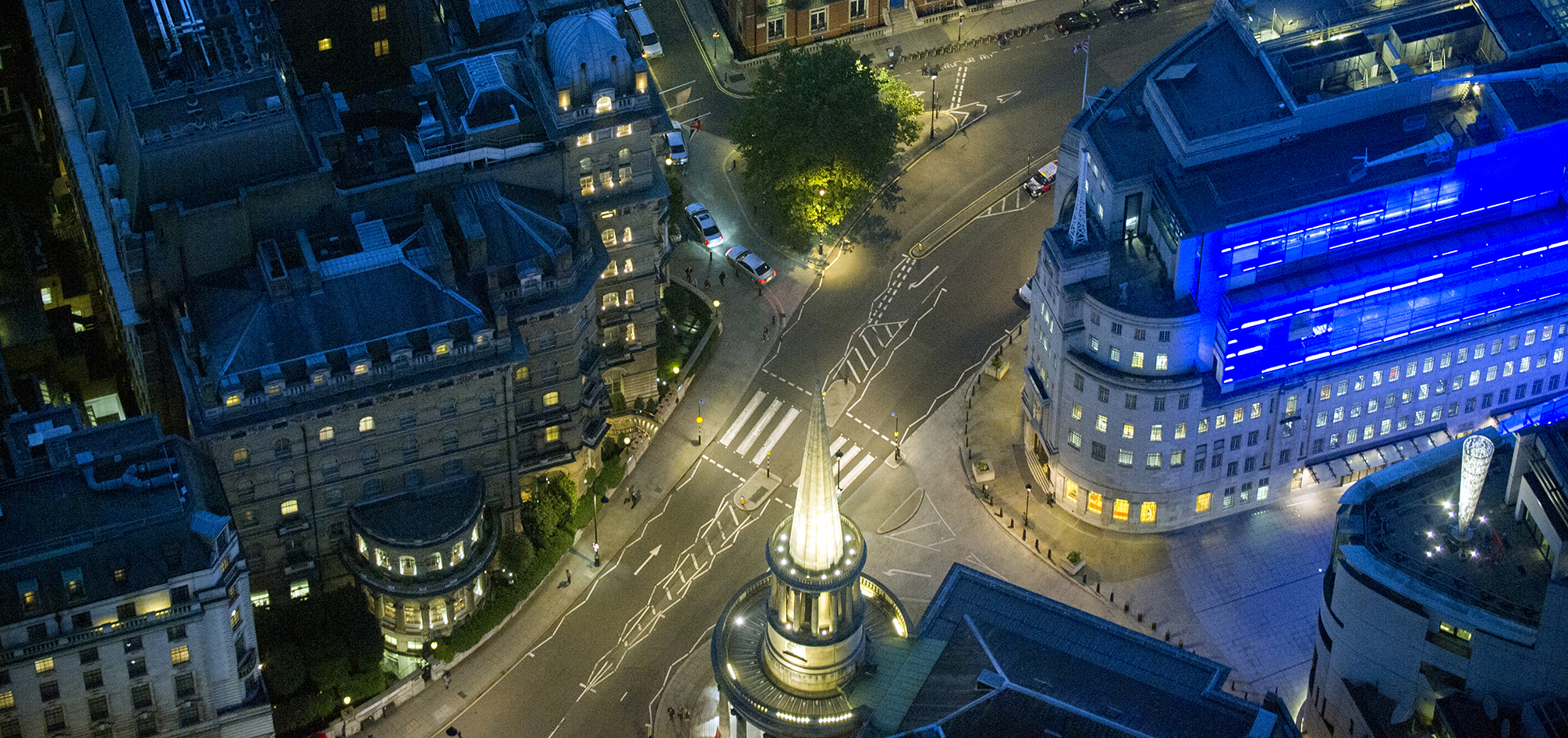 Evenings on Regent Street, the brightly lit streets of London invite you to admire the city's beautiful architecture.